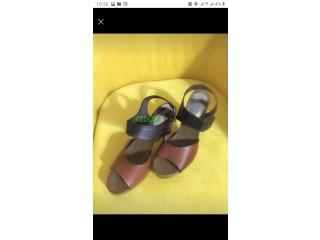 Sandales en cuir sous emballage