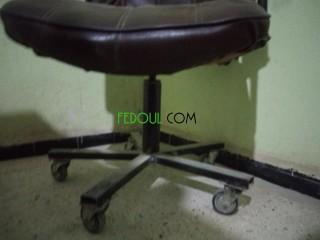 كرسي مكتب أو محل حلاقة