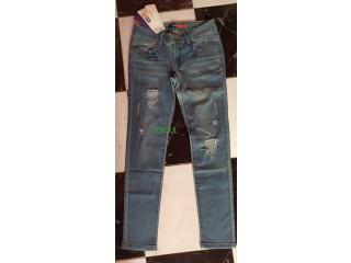 Jeans femme bleu jamais porté neuf décgiré au genou