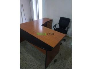 Vente bureaux et une chaise état très neuf prix raisonnable