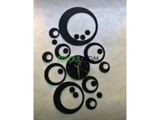ساعة حائطية متكونة من ديكور