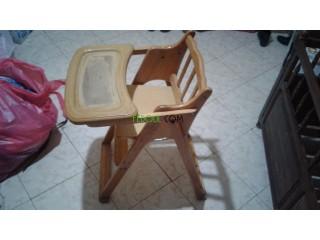 كرسي اطفال بالخشب الاحمر في حالة جيدة