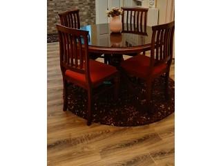 Table ronde à quatre chaises avec tapis