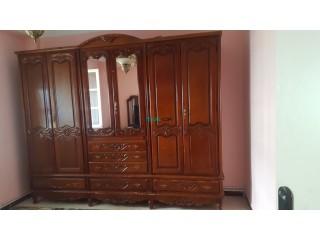 Chambre sans lit en bois rouge