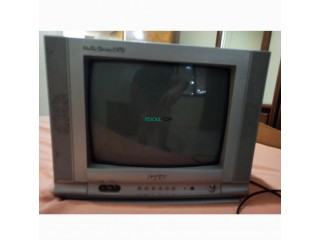 Petite télévision en couleur