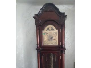 Table de salon en marbre avec six chaises, horloge