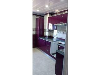 Cuisine équipée et salle de bain moderne
